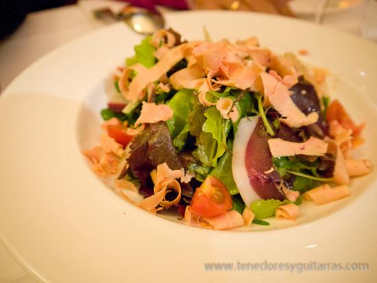 Comer en Salamanca - ensalada de canónigos, brotes verdes y flores con foie y jamón de pato